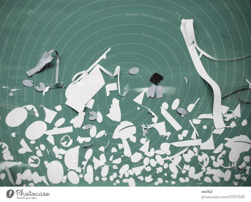 Resteverwertung Kunststoff Streifen Klebstoff Abzieher Teile u. Stücke Farbfoto Menschenleer Außenaufnahme alt Strukturen & Formen Detailaufnahme türkis weiß