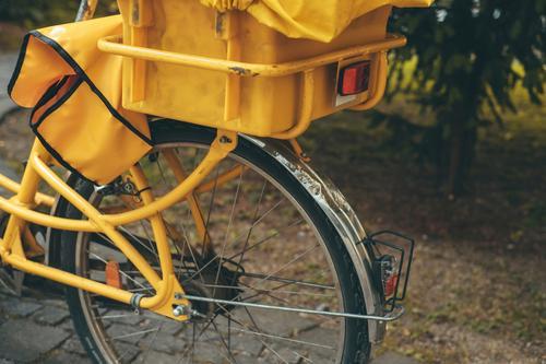 Ein gelbes Postfahrrad Fahrrad Briefträger Postzustellung Deutsche Post