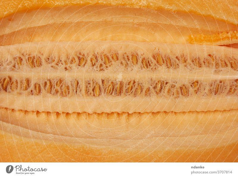 Textur von orangefarbenem Melonenfleisch mit Kernen, Vollrahmen Kantalupe Nahaufnahme geschnitten Dessert Diät Lebensmittel frisch Frucht Hälfte Gesundheit Saft