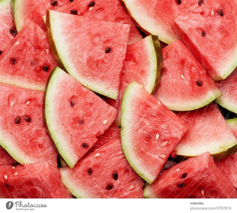 viele in Scheiben geschnittene Terrugol-Stücke reifer roter Wassermelone mit braunen Kernen Lebensmittel Hintergrund Gesundheit süß Natur Frische frisch saftig