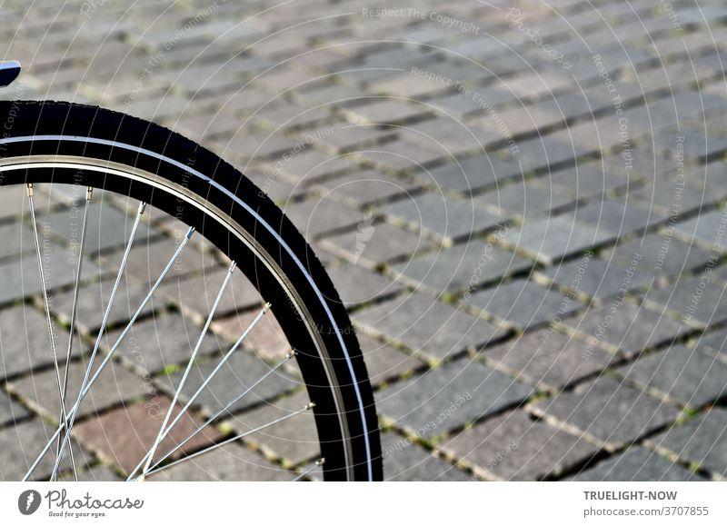 Sehr Fahrrad freundlich ist das neue Pflaster aus Natursteinen auf dem Alten Markt, wo der Ausschnitt  eines Vorderrades auf den Steinen das harmonische Zusammenspiel bestätigt