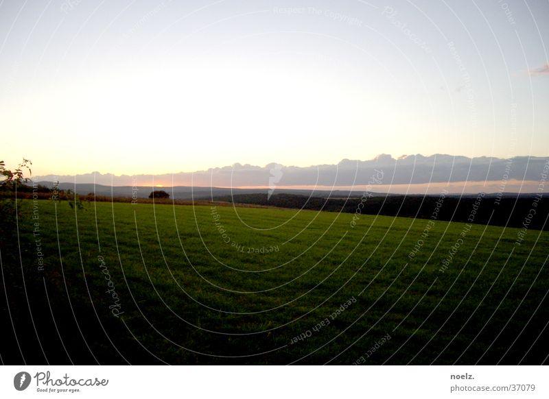 SONNENUNTERGANG | WIESE Sonnenuntergang Wiese Wolken Horizont grün Berge u. Gebirge Himmel grüne Wiese