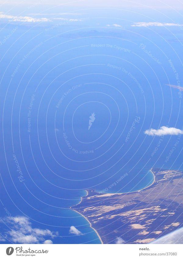 FLUG | AUSSICHT Wasser Meer blau Wolken Flugzeug hoch Luftverkehr Aussicht Landzunge
