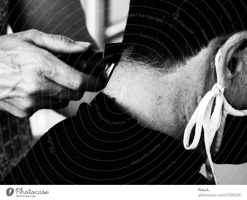 Hair Couture at Home auch für den Mann. Frisör Haare & Frisuren Friseur Haarschnitt Corona Maske Hand Haarschneider