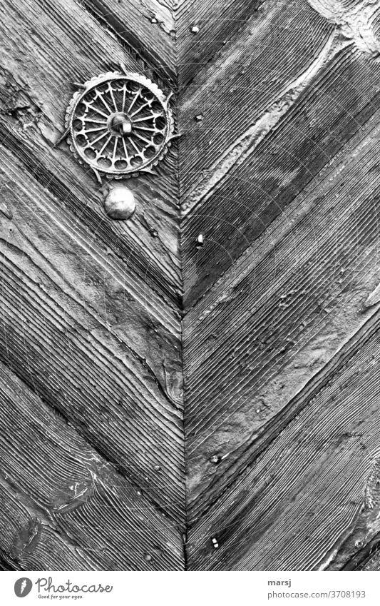 Kunstschmiedearbeit an alter Holztüre Detailreich Verzierung Zierde Aufwändig Schmiedearbeit schön verwittert verfallen diagonal Eisen Kontrast uralt Patina