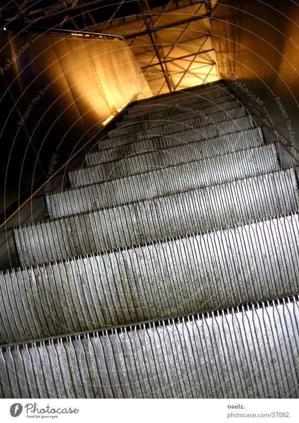 FLUGHAFEN | ROLLTREPPE Rolltreppe Licht Kaufhaus hoch aufwärts Beleuchtung Flughafen verrückt