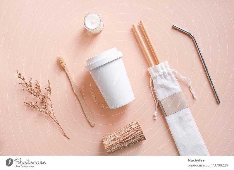 Flachlegung nachhaltiger Produkte, Bambus-Zahnbürste, Stroh in Sackbeutel mit Glas und Bio-Kerze auf herbstlichem Farbhintergrund, umweltfreundliches und abfallfreies Konzept