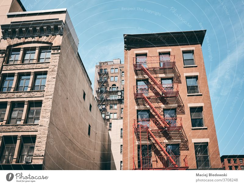 Altes Mietshaus mit Feuerleitern, New York City, USA. New York State Manhattan Gebäude Appartement Großstadt Haus Fassade Feuertreppe alt altehrwürdig Treppe