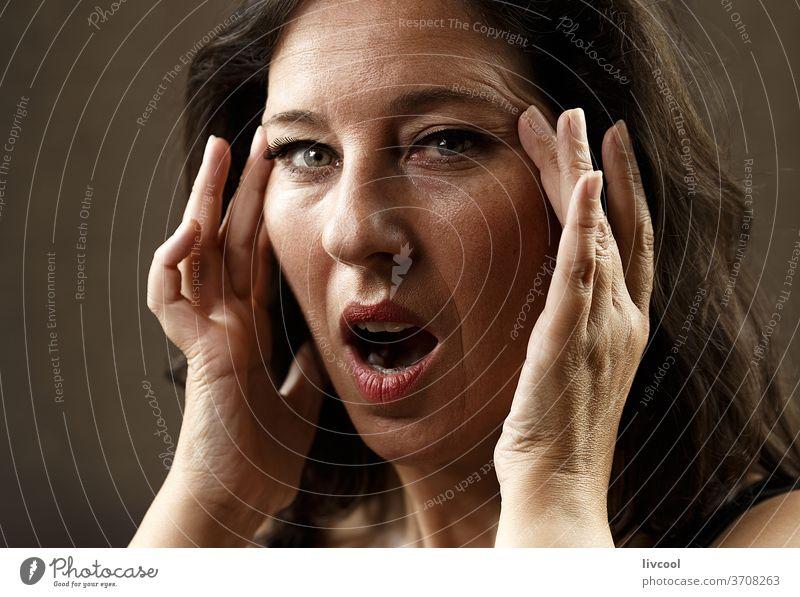 Frau mit Ausdruck der Überraschung Porträt schön attraktiv Reife Frau Menschen romantisch romantische Haltung Hand braun eine Person Erwachsensein Lifestyle