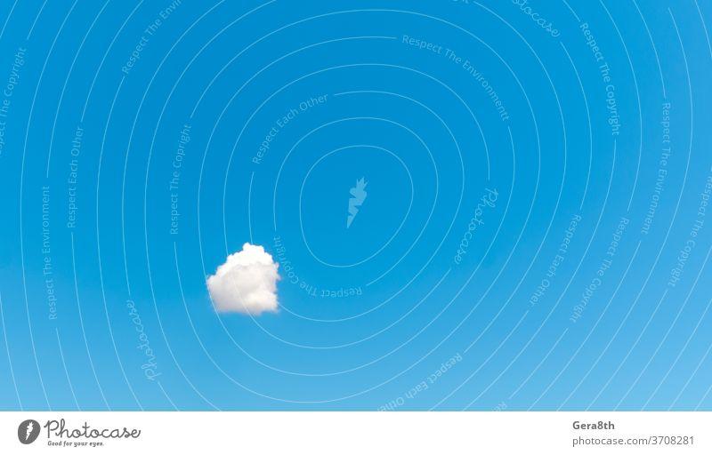 eine weiße Wolke gegen einen blauen Himmel abstrakt allein Atmosphäre Hintergrund Blauer Himmel hell Sauberkeit übersichtlich klarer Tag Klarer Himmel Klima