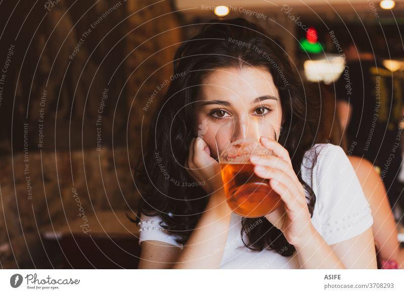 Junge schöne Frau trinkt Bier in einem Glas in einer Bar Mädchen jung Porträt trinken Sommer jubelt Kälte kalt Alkohol Glück Lächeln genießen Pub Person Freude