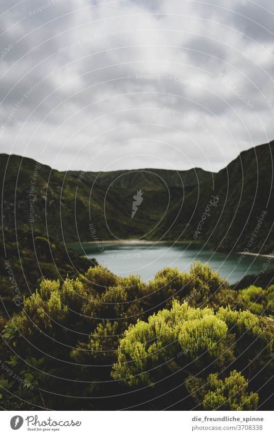 Vulkansee I See Landschaft Natur Außenaufnahme Berge u. Gebirge Wasser Farbfoto Tag blau Himmel Hügel Wolken Felsen Umwelt grün Sommer Stein Ferne Erde
