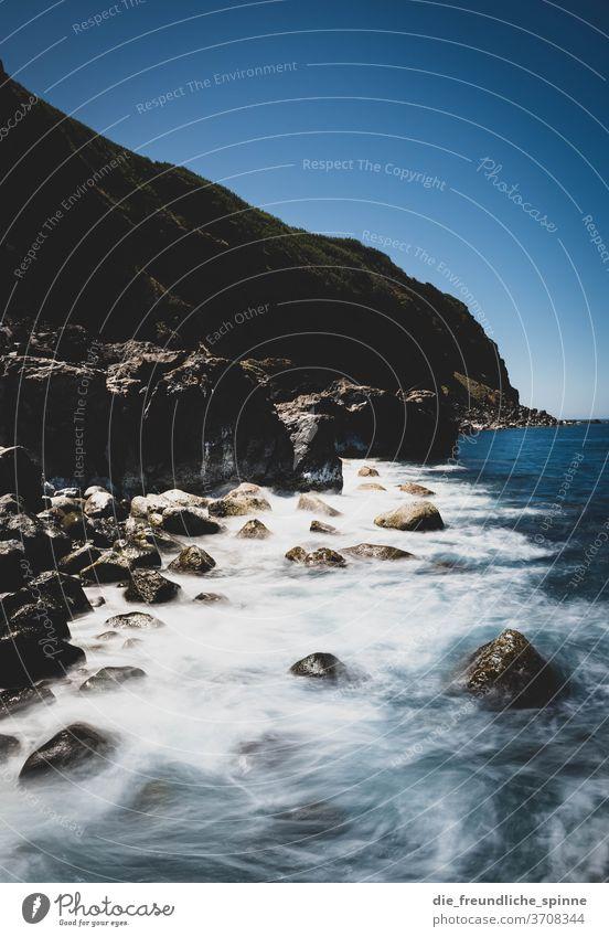 Azorenküste VI Küste Meer Atlantik Stein Vulkan grün himmel wolken Menschenleer Himmel Natur Wasser blau Felsen Außenaufnahme Farbfoto Steilküste Wolken