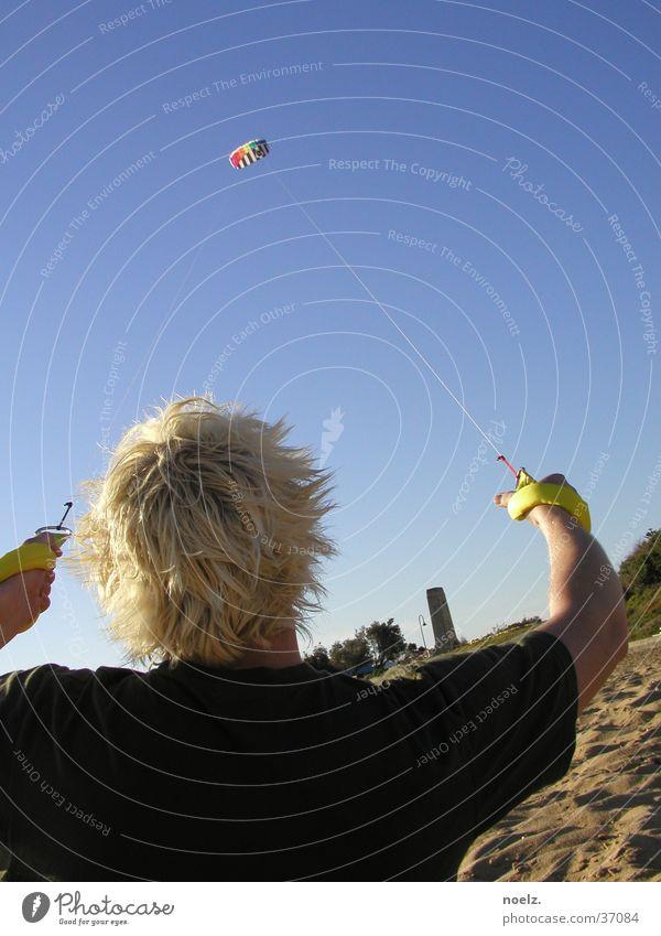 STRAND | LENKDRACHEN Strand Lenkdrachen blond Sommer T-Shirt Mann lenkmatte Haare & Frisuren Sand Blauer Himmel