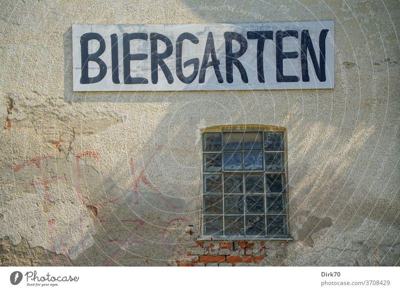Für die heißen Tage: Biergarten Haus Wand Hauswand Schild Werbung Fenster Glasbaustein Fassade Graffiti Mauer mauerwerk Putz putzschaden abbröckeln