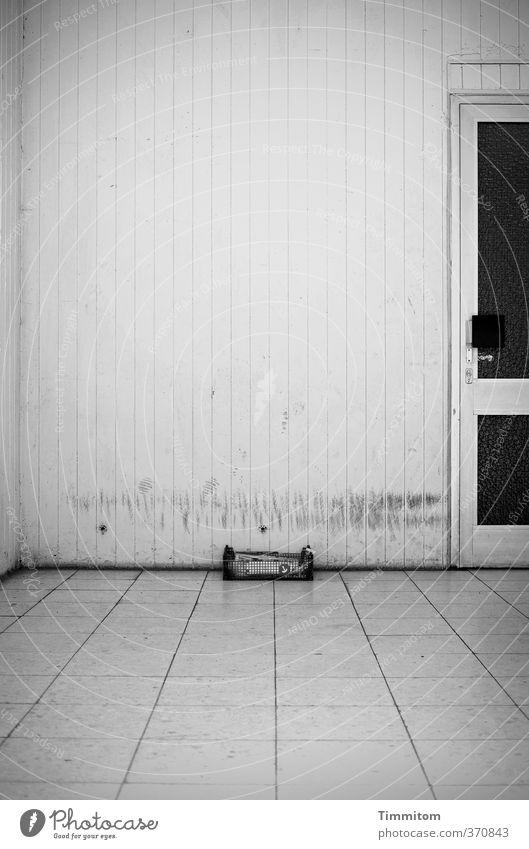Am Boden. Haus dunkel Traurigkeit Gefühle grau Stein Metall Tür trist Glas einfach Beton Spuren Fliesen u. Kacheln trashig Eingang