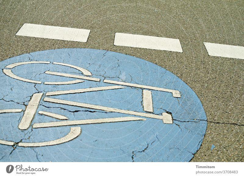 Eigenwilliges Fahrbahnmarkierung in leichter Schräglage Schilder & Markierungen Hinweisschild Fahrrad Fahrradspur Abgrenzung Farbe Farbflächen grau blau weiß
