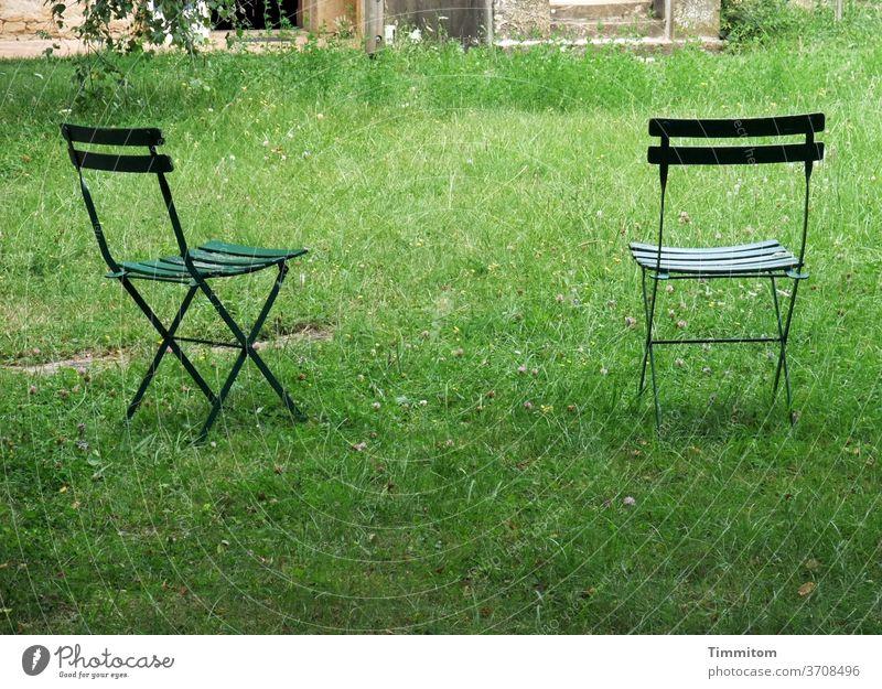 Lust auf ein Päuschen? Stuhl Gartenstuhl zwei Gras Wiese grün Gebäude Außenaufnahme Sitzgelegenheit Sommer Menschenleer Gartenmöbel Erholung frei Pause
