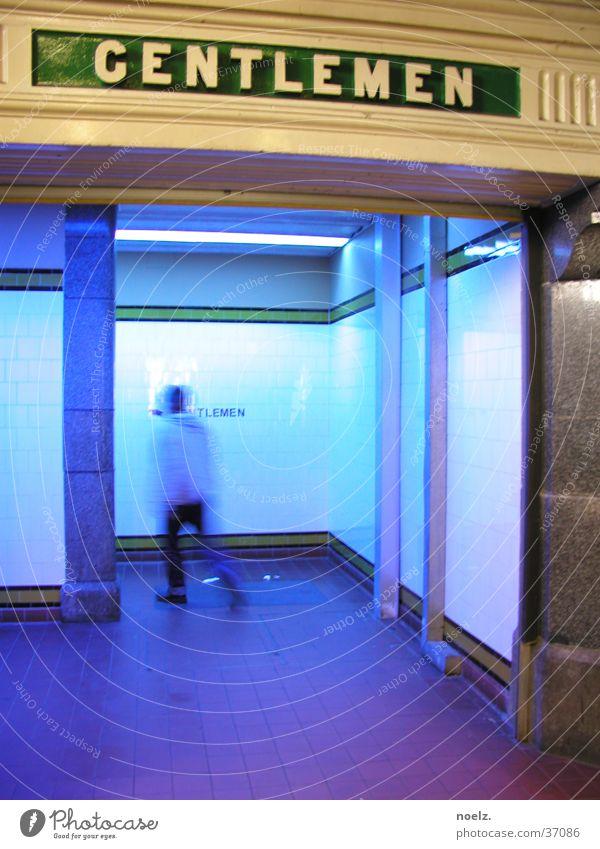 HERRENTOILETTE | BLAU Öffentliche Toilette Kavalier Herrentoilette Mann Unschärfe Bewegungsunschärfe Verkehr blaues licht