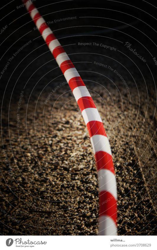 Absperrband Flatterband rot-weiß Absperrung Verbote Schutz Sicherheit Barriere Corona Einschränkung Abstand Sperrzone COVID Corona-Virus Pandemie Prävention