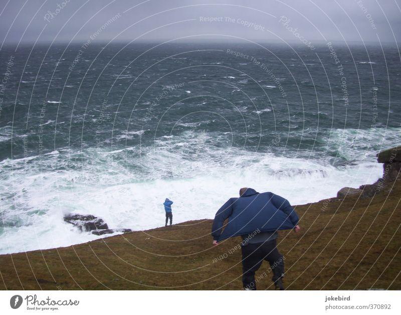 Kampf gegen Naturgewalten Mensch maskulin Sturm Wellen Küste Meer Klippe Hose Jacke Kapuze standhaft Atlantik Horizont Gischt Brandung Regenjacke Gegenwind
