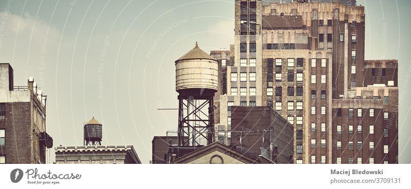 Alte Architektur von New York City mit Wassertanks auf den Dächern. Großstadt New York State Wasserturm retro Gebäude nyc USA alt Symbol Manhattan Bild Ansicht