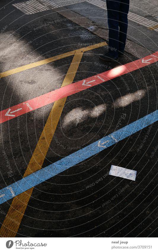 Wegeleitsystem am Bahnhof, floor graphics Orientierung Markierungen Schilder & Markierungen Information Wegweiser Wege & Pfade Fußboden Pfeil Labyrinth