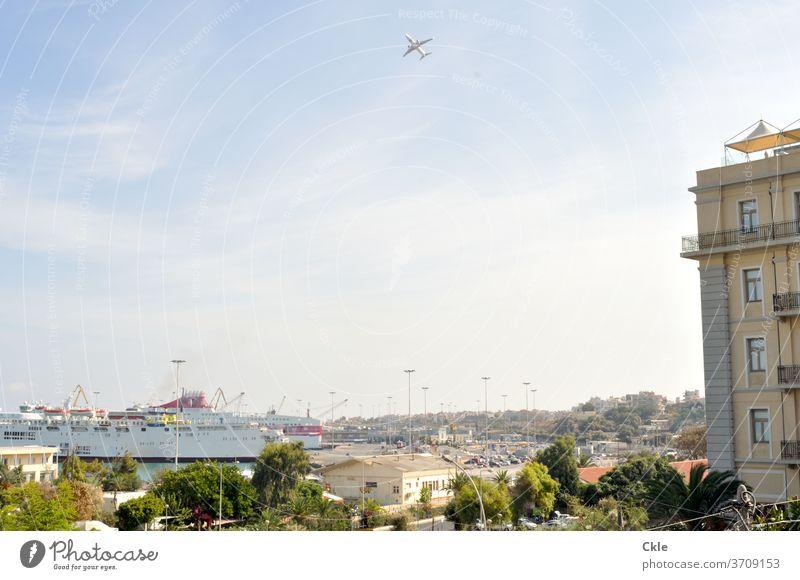 Heraklion mit Schiff und Flugzeug Hafen Hafenstadt Hauptstadt Fähre Kreuzfahrtschiff Hafenanlagen Griechenland Kreta Insel startendes Flugzeug Verkehrsmittel