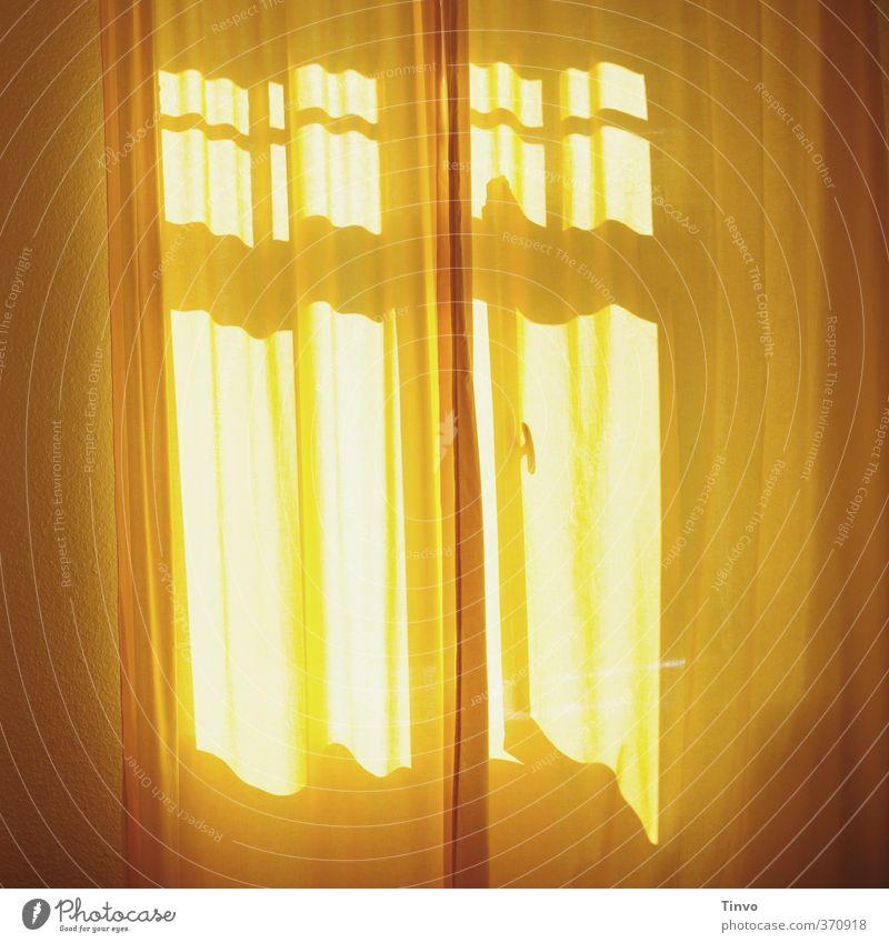 gelber Vorhang vor sonnigem Fenster Häusliches Leben Wohnung Innenarchitektur Schlafzimmer Freundlichkeit frisch ruhig schlafen Erholung aufwachen Sonne sanft