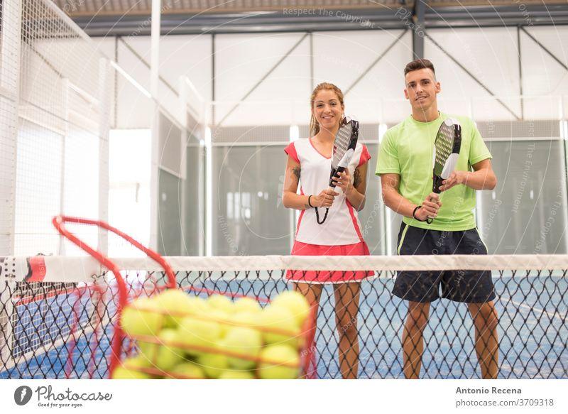 Paar spielt Paddle-Tennis auf blauem Platz Paddeltennis Padel Sport Erholung Klasse Gericht Mann Frau Frauen Männer Lebensstile Training Schuss Netz Ball