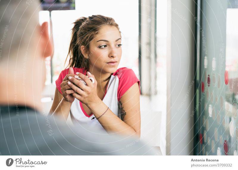 Junge Schönheitsfrau in Bar beim Kaffeetrinken Fenster Frau hinten sexy attraktiv eine Person Glück heiter allein ernst Gelassenheit 20s Warten 20-25 Jahre