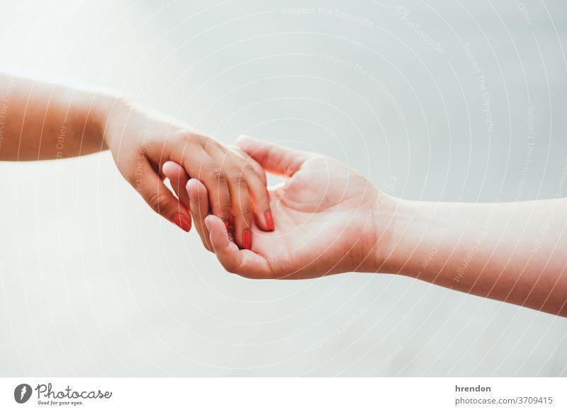 Nahaufnahme von zwei gehaltenen Händen Hand Beteiligung Liebe menschlich Paar Zusammengehörigkeitsgefühl Finger Halt Zusammensein abstützen menschliche Hand