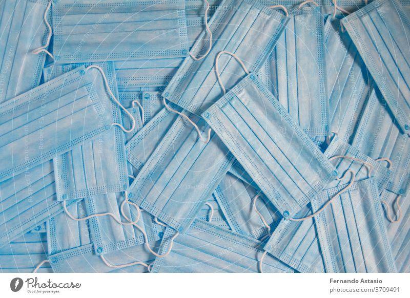 Hygienische Einweg-Maske. Neues Element, das wir aufgrund des Coronavirus (COVID-19) in unserem täglichen Leben mitführen müssen blau vereinzelt weiß Rahmen