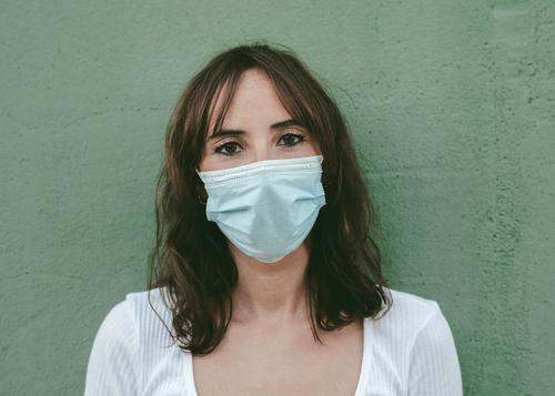 Nahaufnahme einer jungen Frau mit medizinischer Maske Coronavirus Junge Frau Virus Seuche Pandemie Quarantäne covid-19 Symptom Medizin Gesundheit Mundschutz