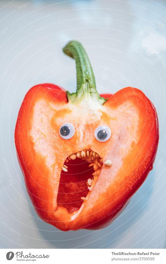Peperoni mit Gesicht rot Gemüse Wackelaugen Zähne Gesunde Ernährung Mund erschrecken Essen speisen Peperonie