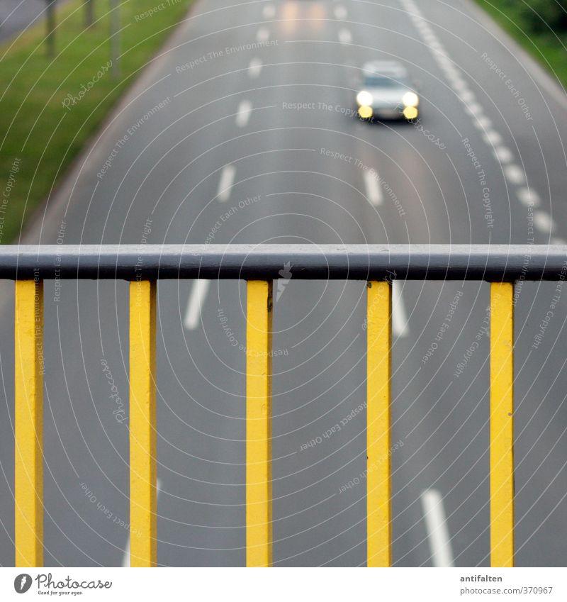 Autofahren in Düsseldorf Stadt gelb Straße Gras grau Linie Metall PKW Verkehr Geschwindigkeit Beton Brücke Streifen Verkehrswege Autobahn