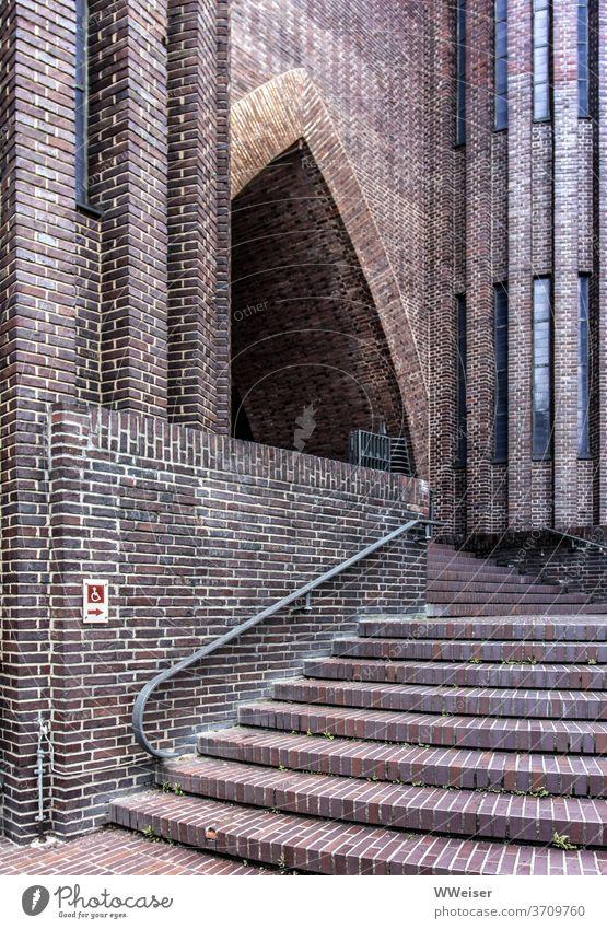 Eine Treppe führt zum schönen Portal der Kirche Stufen Eingang Backstein behindertengerecht barrierefrei Hindernis Umweg Expressionismus Berlin