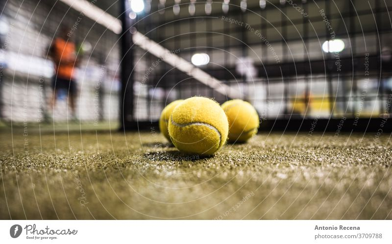 Paddle-Tennisbälle auf dem Platz Paddeltennis Padel Sport Spiel Turnier Mann verschwommen im Innenbereich Zäune Objekte Ball Tennisball Erholung Freizeit