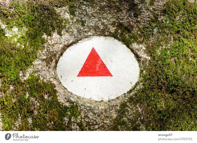 Gegensätze | rotes Dreieck im weißen Rund - Wanderzeichen entlang der Ilse Thementag Gegensatz Kreis Heinrich-Heine-Weg Wanderweg Wegmarkierung Findling