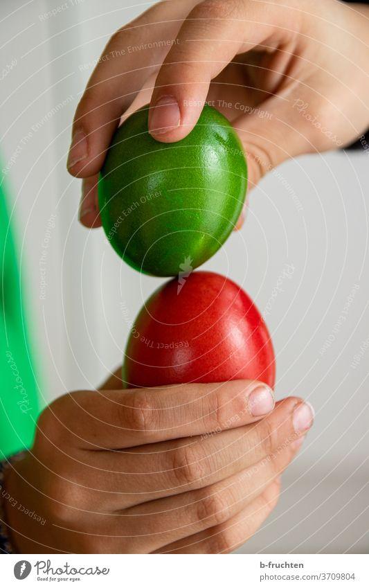 rotes und grünes Ei, Ostereier, Eierpecken, Brauchtum Ostern Frühling Dekoration & Verzierung Tradition Feste & Feiern halten Hand Kinder schlagen zusammen