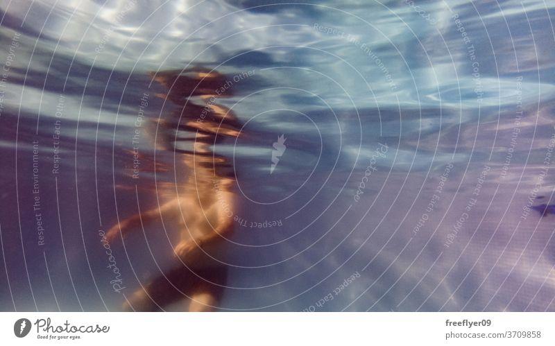 Unterwasseransicht von Menschen, die ein Schwimmbad genießen unter Wasser blau Pool schwimmen Baden Ertrinken unten Textur winken kräuselte unbegrenzt