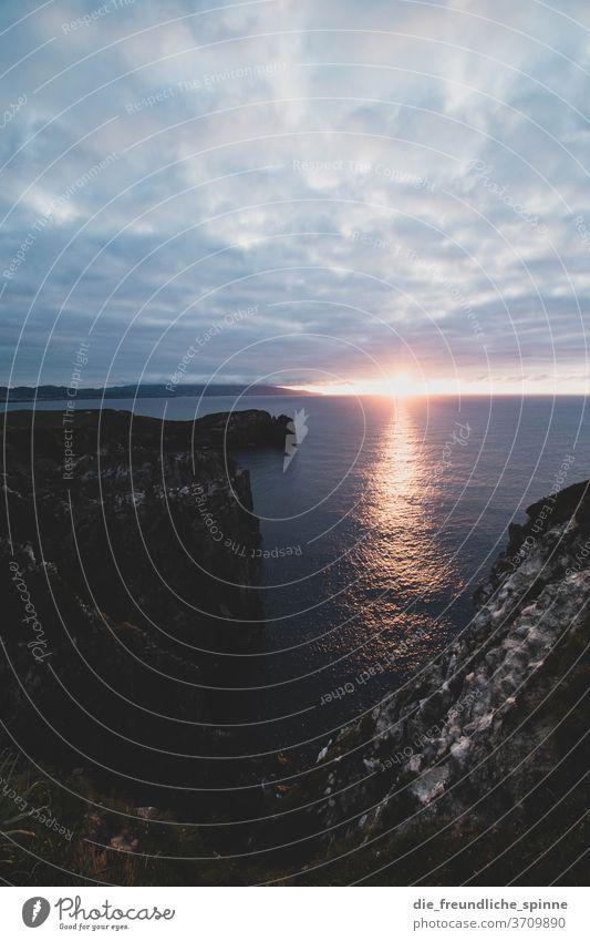 Azorenküste IV Küste Meer Atlantik Stein Vulkan grün himmel wolken Menschenleer Himmel Natur Wasser blau Felsen Außenaufnahme Farbfoto Steilküste Wolken