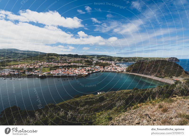 Azorenküste III Küste Meer Atlantik Stein Vulkan grün himmel wolken Menschenleer Himmel Natur Wasser blau Felsen Außenaufnahme Farbfoto Steilküste Wolken