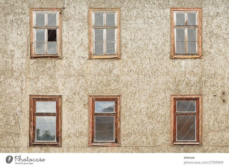 Es ist still geworden hinter den sechs alten Holzfenstern des langsam verfallenden Hauses Fassade Fenster wohnen Gebäude verlassen Bauwerk Wand marode