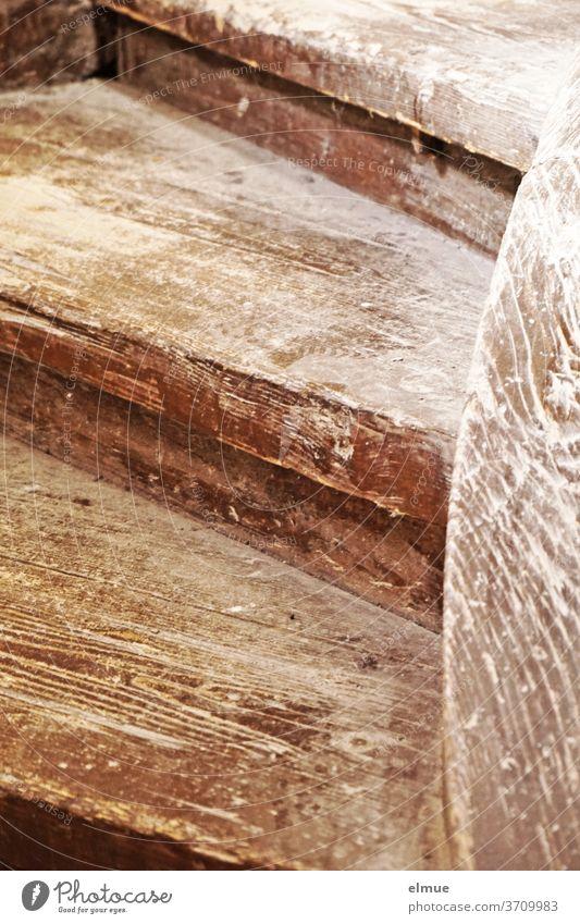 Ihre Erlebnisse erzählen die alten, braunen, abgetretenen Holzstufen in unüberhörbaren knarrenden Tönen. Treppen Stufe Holztreppe Treppenstufe historisch Abrieb