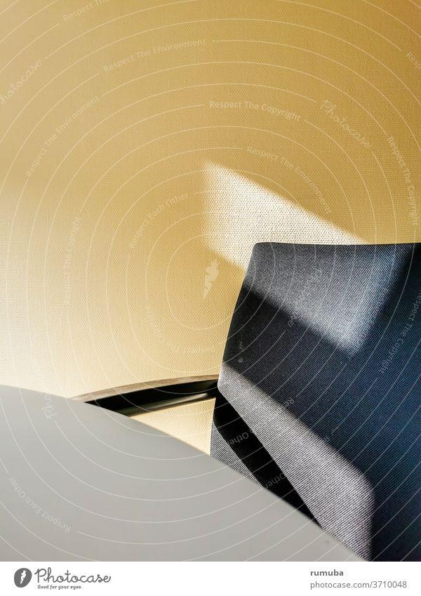 Stuhl, Tisch, Wand, Licht, Schatten, minimalistisch Sonnenlicht Kontrast trist gelb Gedeckte Farben geduldig Langeweile Ordnungsliebe warten Struktur