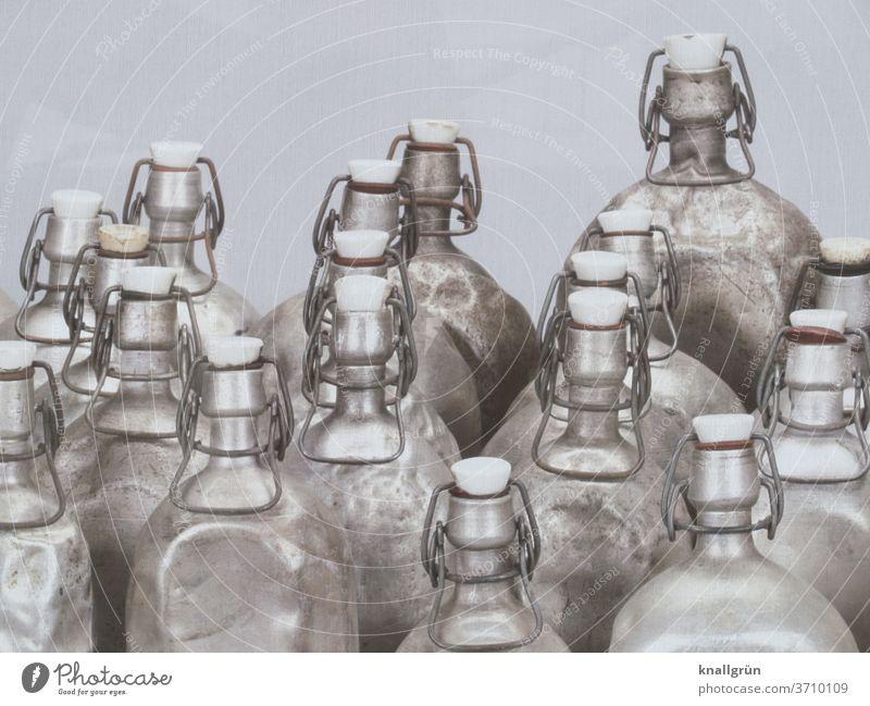 Mehrere alte Aluminiumflaschen mit Bügelverschluss Flasche Metall silber Behälter u. Gefäße Reflexion & Spiegelung Schatten Licht und Schatten Metallbügel