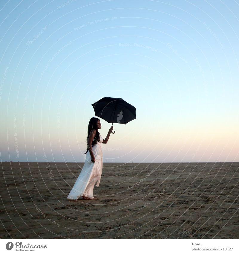 Arabella frau kleid schirm küste himmel abend raum weite genießen stehen erholen strand sand horizont langhaarig dunkelhaarig abendlicht fernweh melancholie