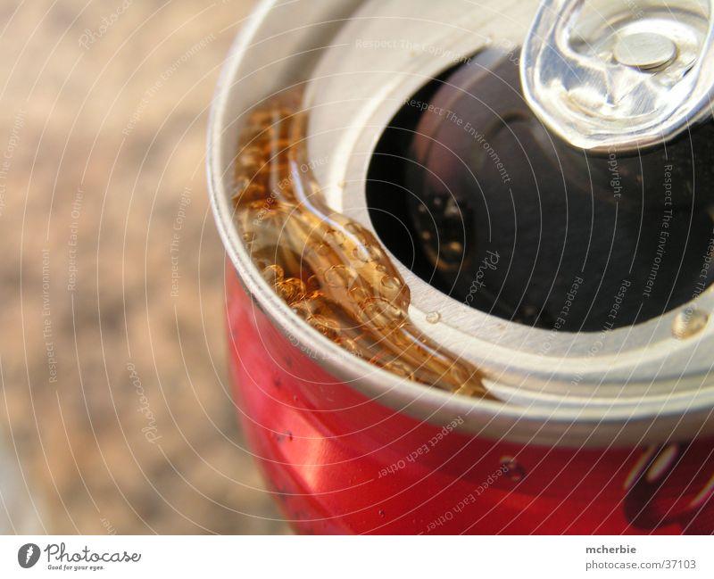 Cola Dose Flüssigkeit rot Alkohol Makroaufnahme offen Metall Wassertropfen