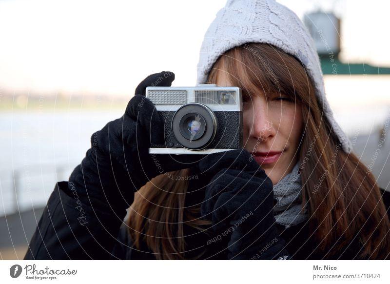 im Fokus Fotograf Fotografieren Fotokamera analog Freizeit & Hobby ein foto machen Selbstportrait ablichten Kreativität Porträt Blick in die Kamera